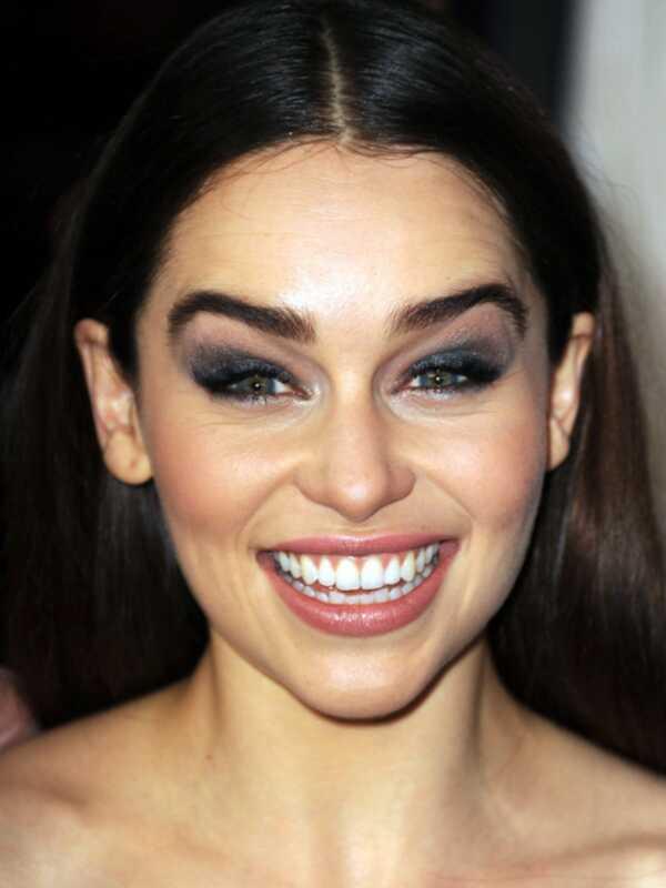 Da li je Emilia Clarke previše šminka ovde?