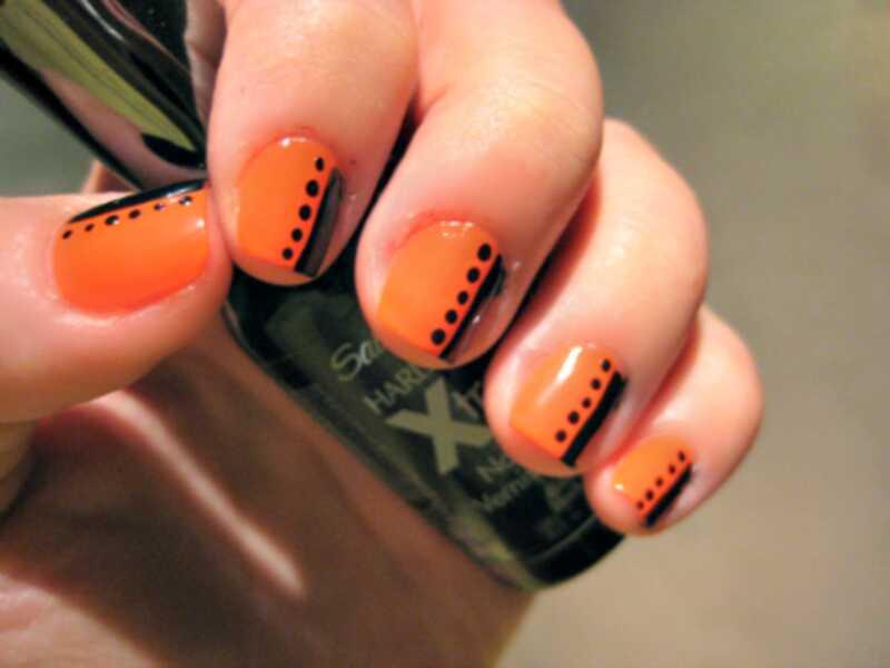 Próbálja ki ezt a narancssárga és fekete körömművészeti bemutatót Halloweenra