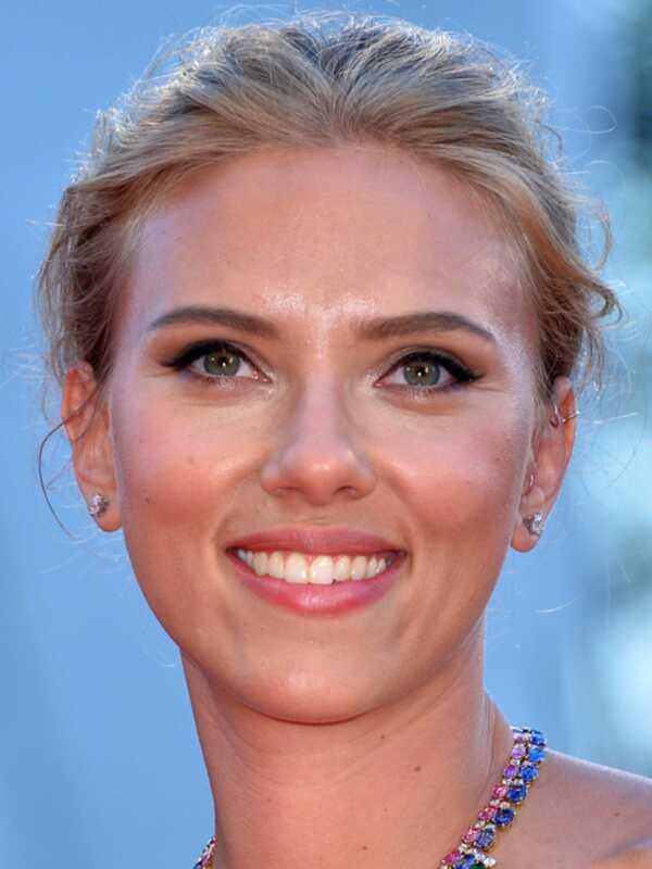 Scarlett Johansson veste il suo panino disordinato con la fodera alata