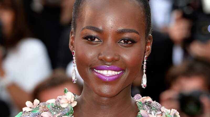 Maquillatge de Lupita Nyongo: com aconseguir els seus llavis violeta rosat brillant