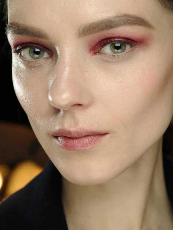 Rode, oranje en roze oogschaduw zijn de nieuwste lastige trend om te proberen