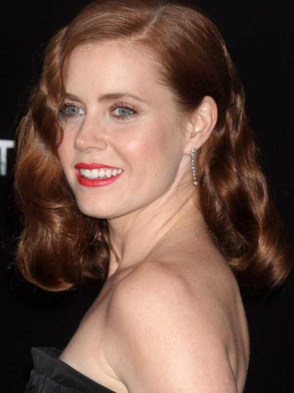 De niet al te felle rode lip, zoals te zien op Amy Adams