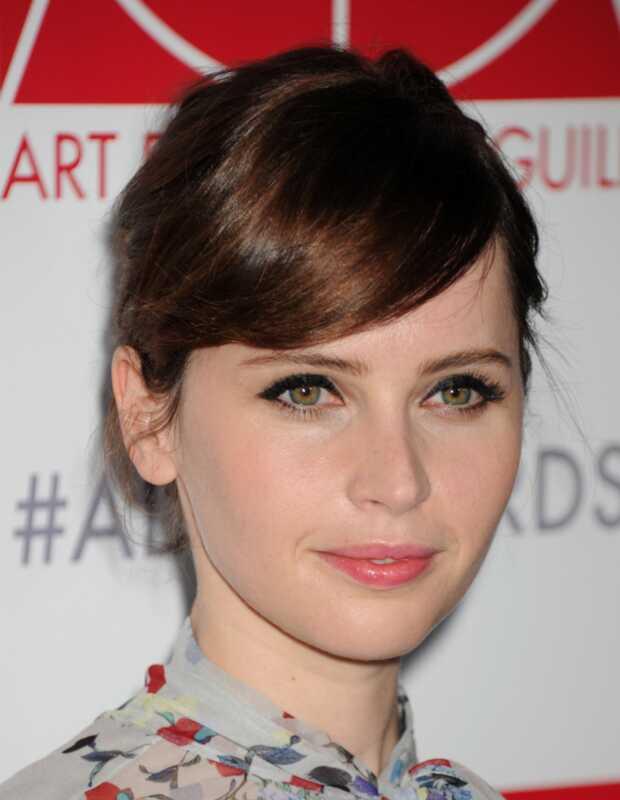 Felicity Jones práve vykonala dokonalé mačacie oči (a tu je dôvod, prečo)