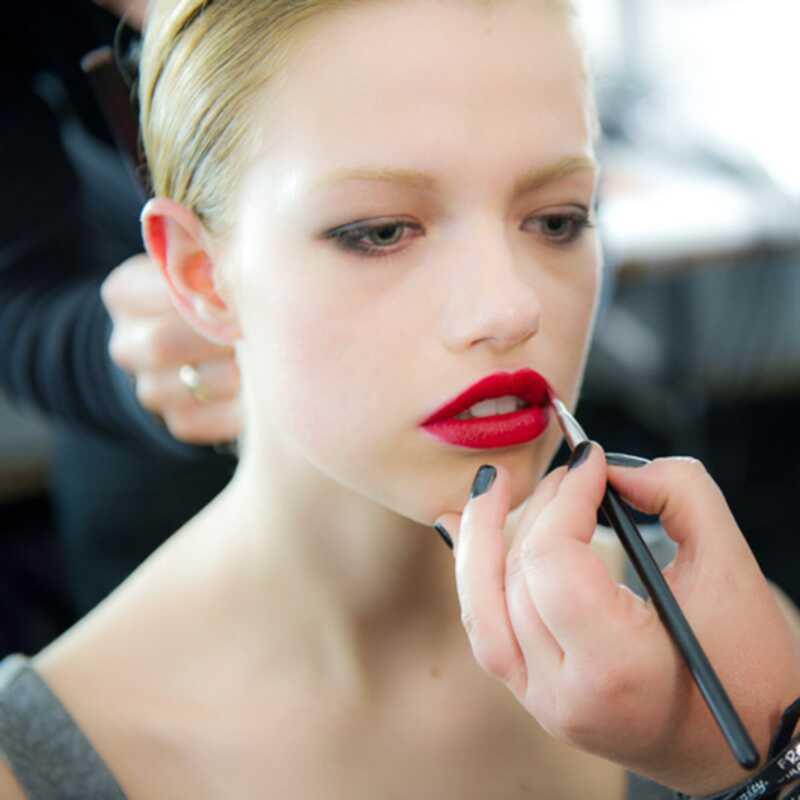 Ņujorkas modes nedēļā sarkanās lūpas, treknās lūpas un metāla acis rada viļņus