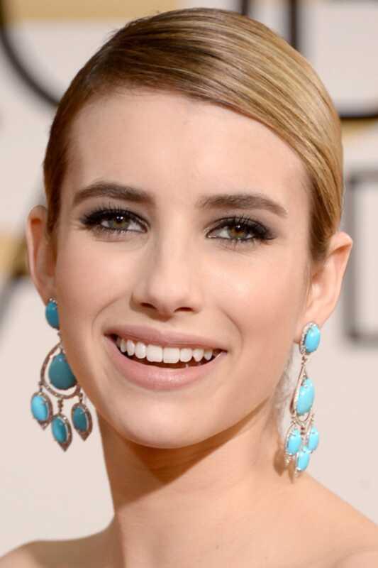 Globos de Ouro 2018: lábios nus de Emma Roberts e olhos neutros
