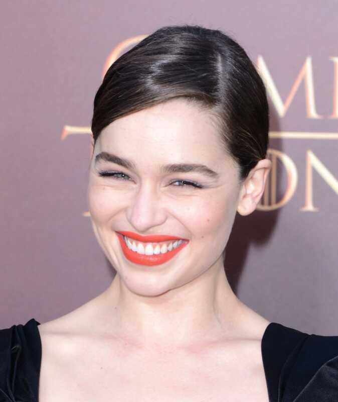Oranžová rúž Emilia Clarke a šedá kombinácia očných tieňov urobia váš život