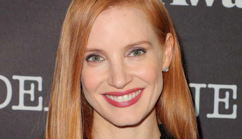 Celebrity vlasy a make-up vyzerajú: lesklé vlasy, fuchsie pery a ďalšie