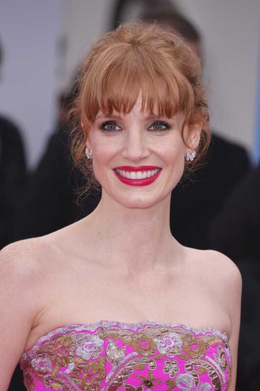 Jessica Chastainová dokazuje, že červené oči mohou nosit červenou rtěnku