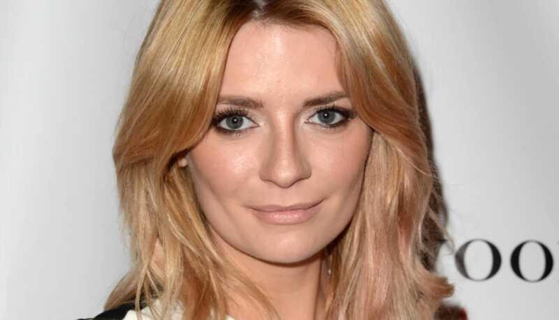 Celebrity vlasy a make-up vyzerajú: ružovo-zlaté vlasy, marsala rúž a ďalšie