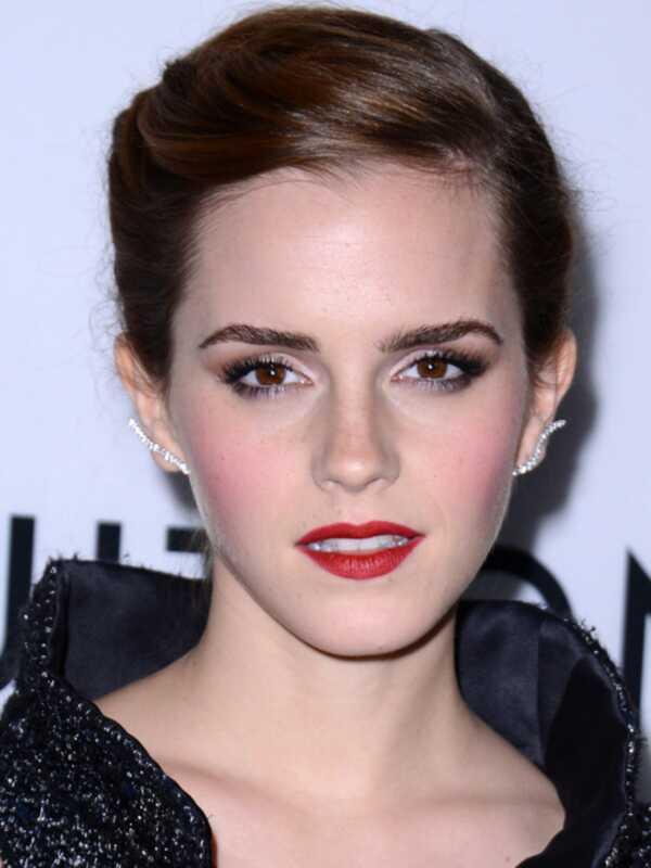 Emma Watson nosi crveni karmin sa svetlom ružičastom ružom