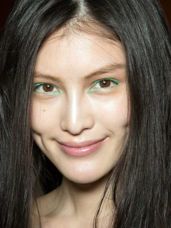 Wie trägt man Smaragd Make-up, Pantones Farbe des Jahres