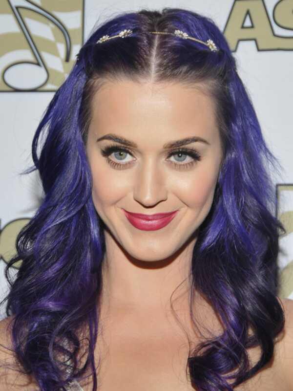 Katy Perry farbila vlasy na fialovej a Anne Hathaway dostala krátky strih