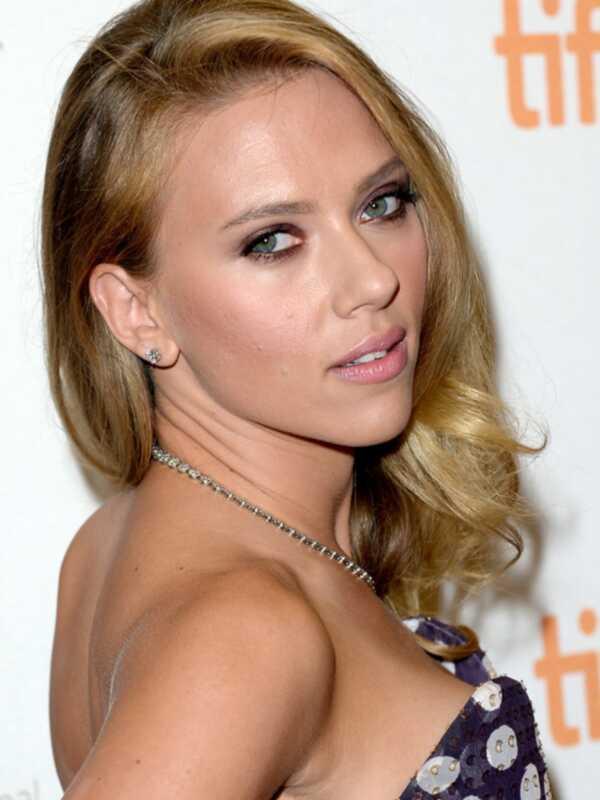 Scarlett Johansson saskaņoja viņas purpura acu ēnas ar viņas kleitu