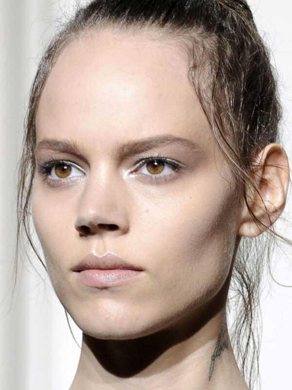 4 triki do budowania objętości dla cienkich, przerzedzających się włosów