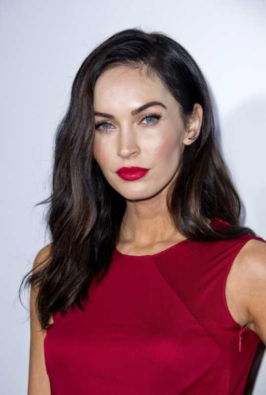 Kannst du rote Lippen mit einem roten Kleid tragen? Megan Fox hat es getan