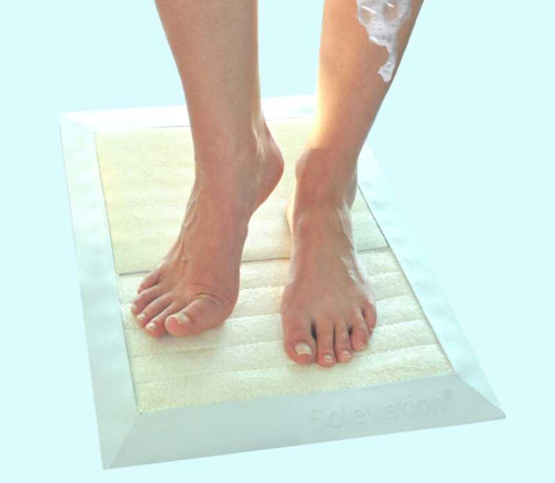 Jednoduchá sprchová podložka odfrčuje suchú pokožku na nohách