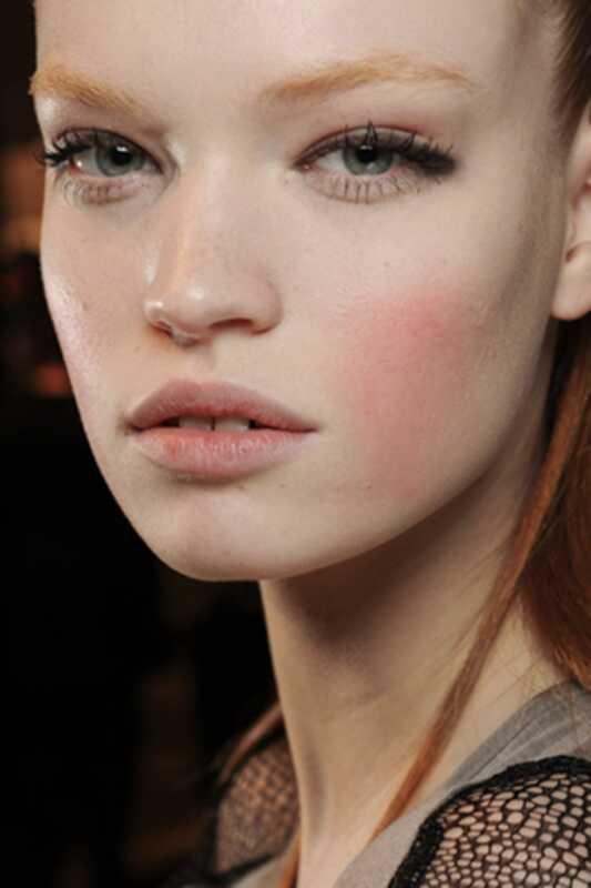 Do sada je modna nedelja oko krilatog eyeliner-a, puna obrva i tona blistavosti