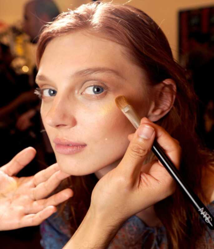 Ang 5 mahahalagang makeup brushes bawat babae ay dapat May Sariling