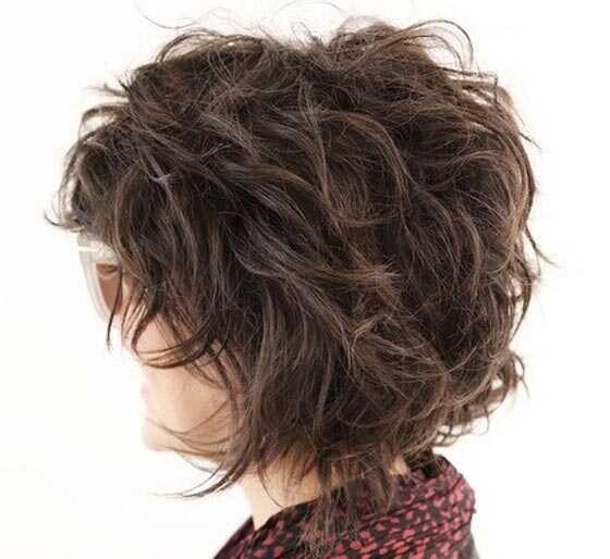 Det är fantastiskt hur långt en uppsättning papiljotter och en burk texture  sprej kan ta dig in styling lockigt hår. Denna sten chic look göras med  ovan ... cbf339cac8aee