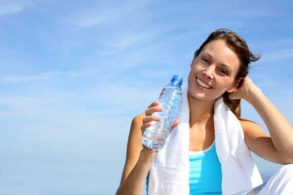 22 fantastiske fordele ved vand til hud, hår og sundhed