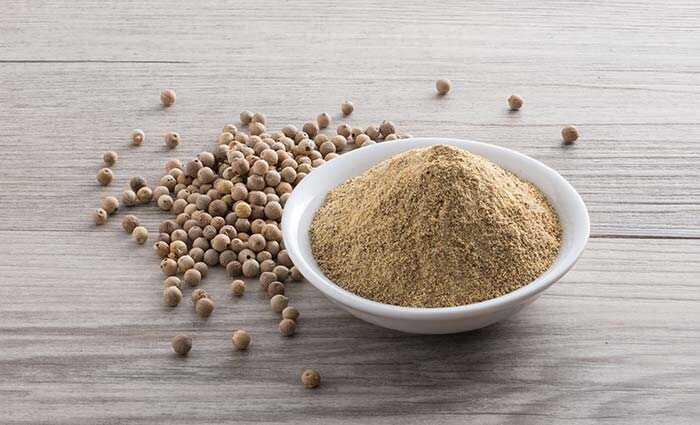 25 sorprenents beneficis del pebre blanc (Safed Mirch) Pols per a la pell, el cabell i la salut