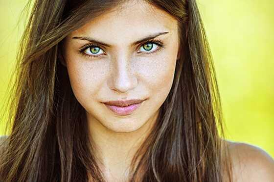 Labākā matu krāsa zaļām acīm ar atšķirīgu ādu
