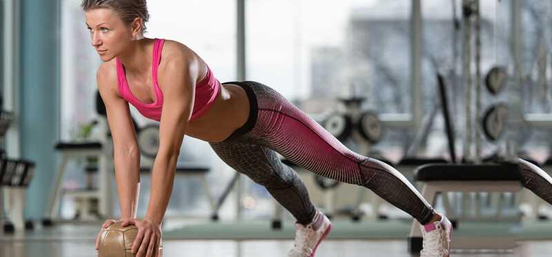 6 beste Medicine Ball oefeningen om Toned Abs te krijgen