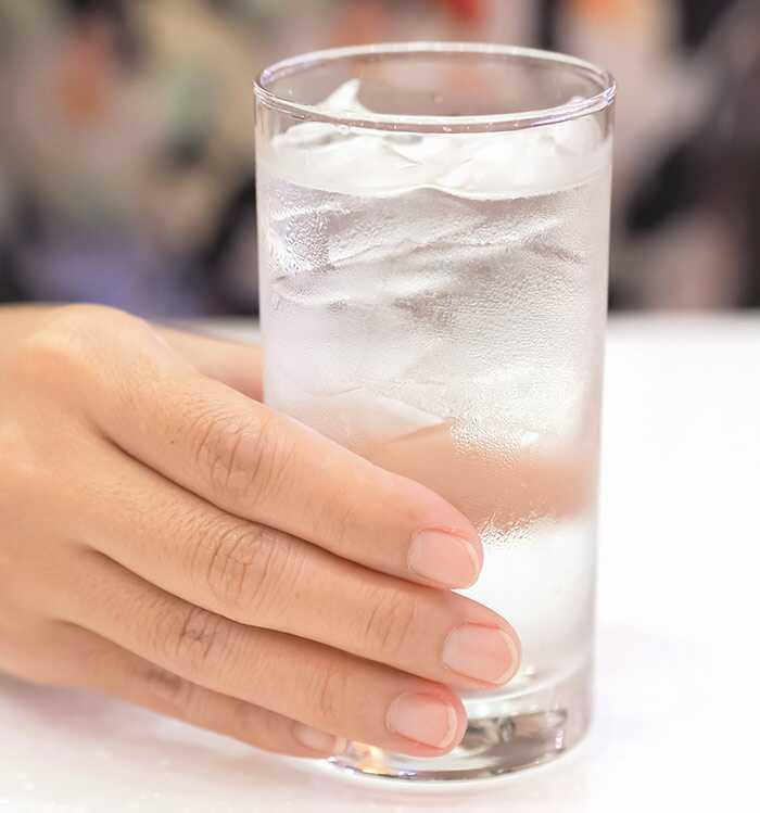 Pitie studenej vody vám pomôže schudnúť?