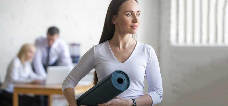 7 Jednoduché a účinné jogy Asanas, ktoré môžete robiť v kancelárii