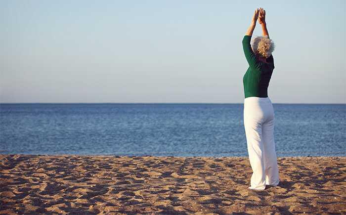 10 účinných jóga predstavuje pre ženy nad 60 rokov