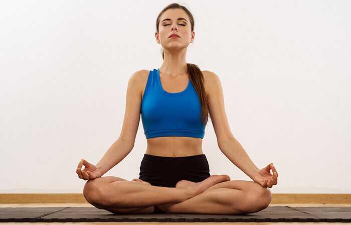 7 effektive yogaposer til behandling af overgangsalderen