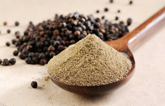 21 úžasných výhod čierneho korenia (Kali Mirch) pre pokožku, vlasy a zdravie