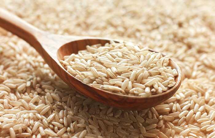 27 geweldige voordelen van bruine rijst voor huid, haar en gezondheid