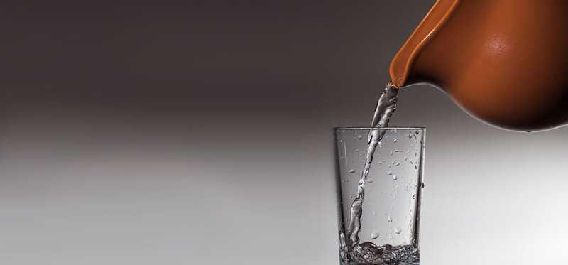 5 úžasných zdravotných výhod použitia hrnčeka na vodu