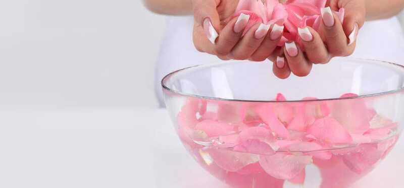 Hvordan rosenvand kan hjælpe med at behandle acne