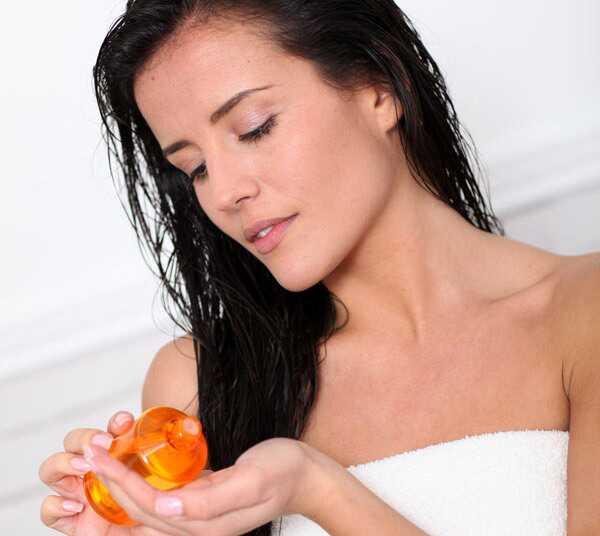 Ako hýčkat zámky s horkým olejovým masážam, aby ste zabránili vypadávaniu vlasov