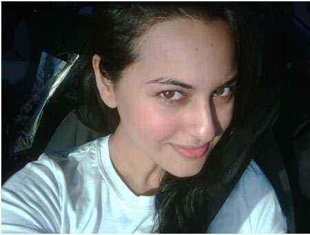 10 fotografií Sonakshi Sinha bez makeupu