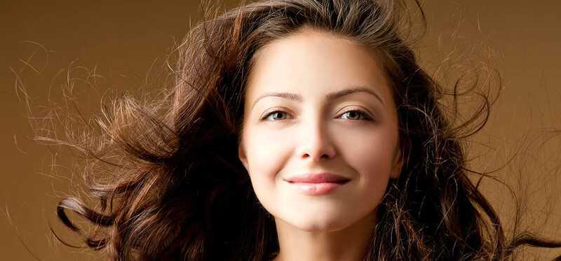 6 hjem retsmidler til Gendannelse af fugt og skinne til dit hår