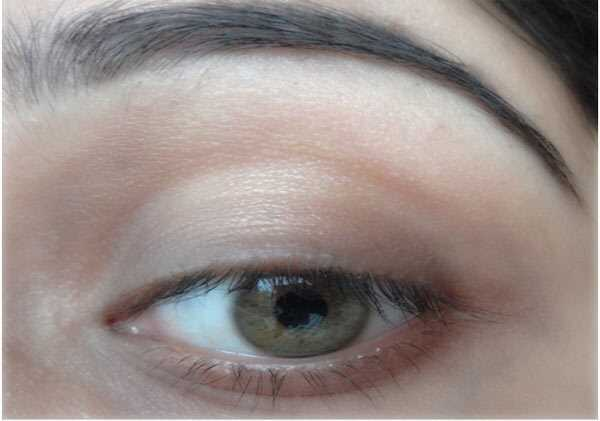 Ako urobiť malé oči Vyzerajú väčšie pomocou očné linky - krok za krokom tutorial s obrázkami
