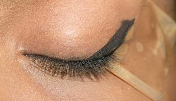 Ohromujúci červený a čierny očný makeup - krok za krokom tutorial s obrázkom