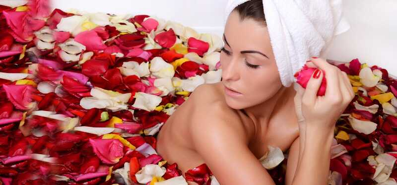 Como usar a água de rosas para tratar a pele seca?