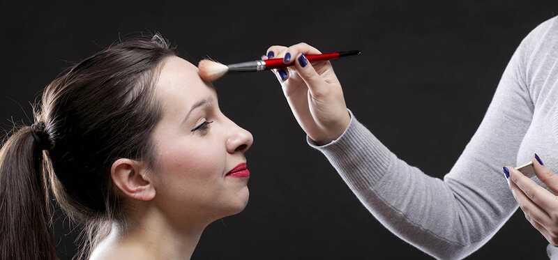 8 Užitočné tipy na make-up, aby sa vaše čelo objavilo menšie