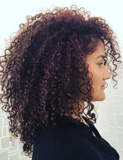 20 geweldige gelaagde kapsels voor krullend haar
