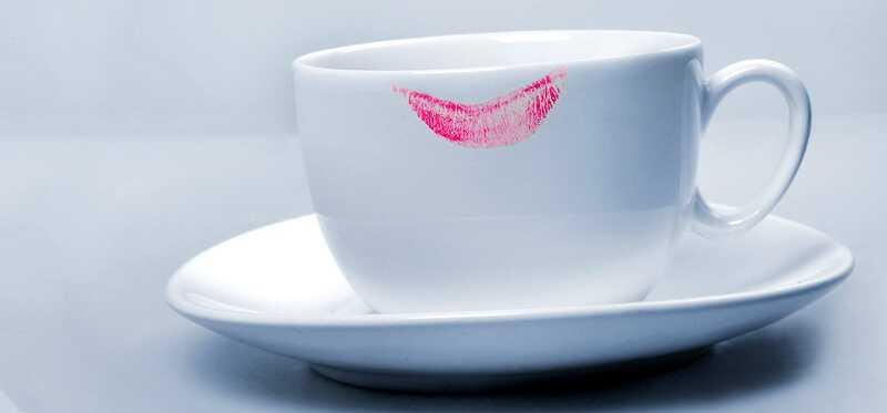 5 geweldige tips om lippenstift vlekken op glazen en kragen te vermijden