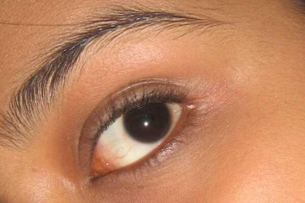 7 žingsniai, kuriuos reikia atlikti, kad sukurtų šį apsvaiginimo arabų akių makiažą