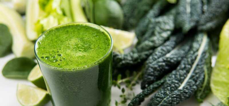 9 beste voordelen van Kale Juice voor huid, haar en gezondheid