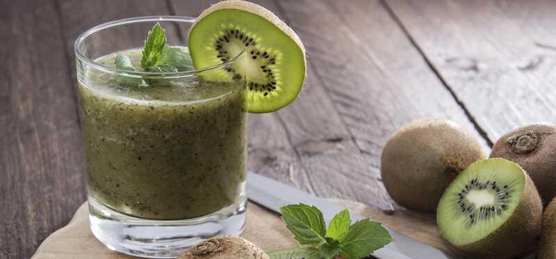 8 neverjetnih prednosti sokov Kiwi za kožo, lase in zdravje