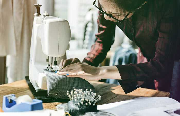 Početnicima su objašnjene sve osnovne vještine ručnog šivanja, a nastavak donosi potpuni pregled strojnog šivanja i izrade odjeće po vlastitim mjerama.